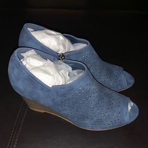 Journey + Crew NWT Britny Blue suede wedges 6.5
